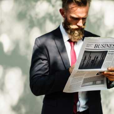 Foto d'un home llegint el diari.
