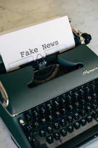 """Máquina de escribir con papel que sale y pone """"Fake News"""""""