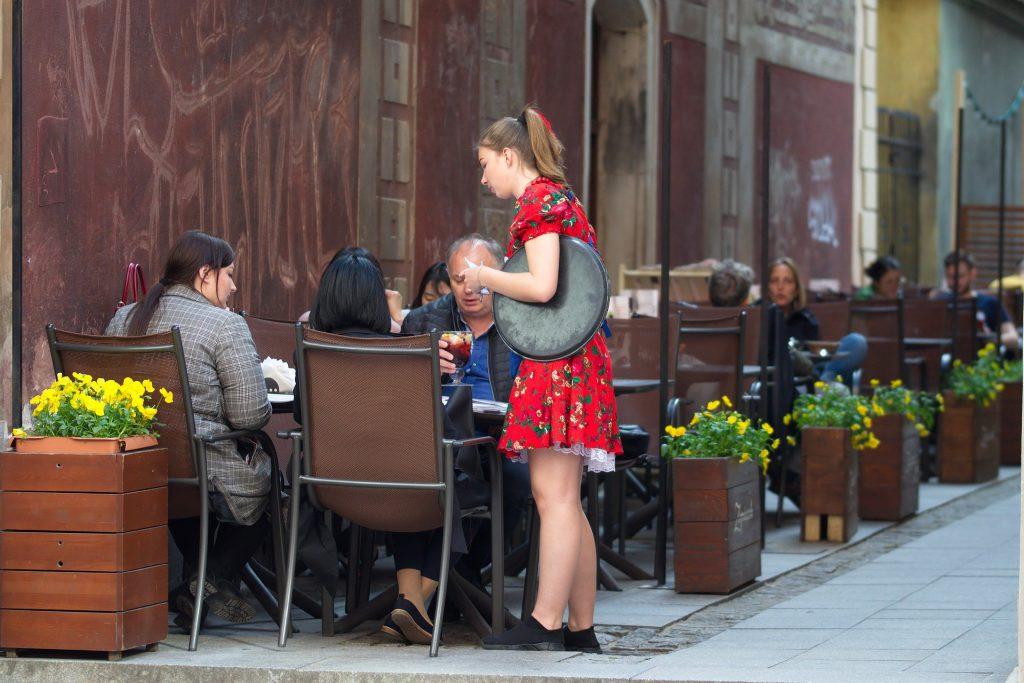 Efectos de la COVID-19 en el mercado laboral del sector turístico desde una perspectiva de género