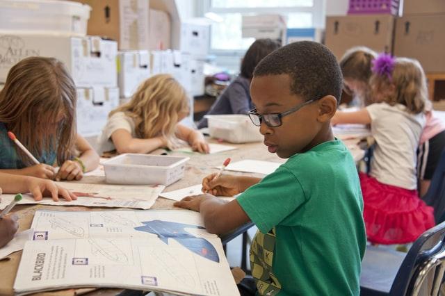 Educació escolar i adquisició i desenvolupament de competències