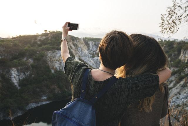 ¿Por qué nos hacemos selfies? Rompiendo el mito del egocentrismo y el narcisismo
