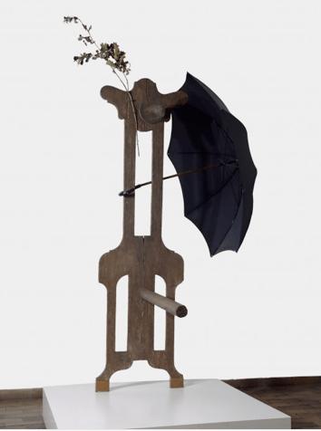 Joan Miró Personatge (amb paraigua). Rèplica de 1973. 1931 Fusta, fulles seques i paraigua 230 x 136,5 x 159 cm Fundació Joan Miró, Barcelona © Successió Miró