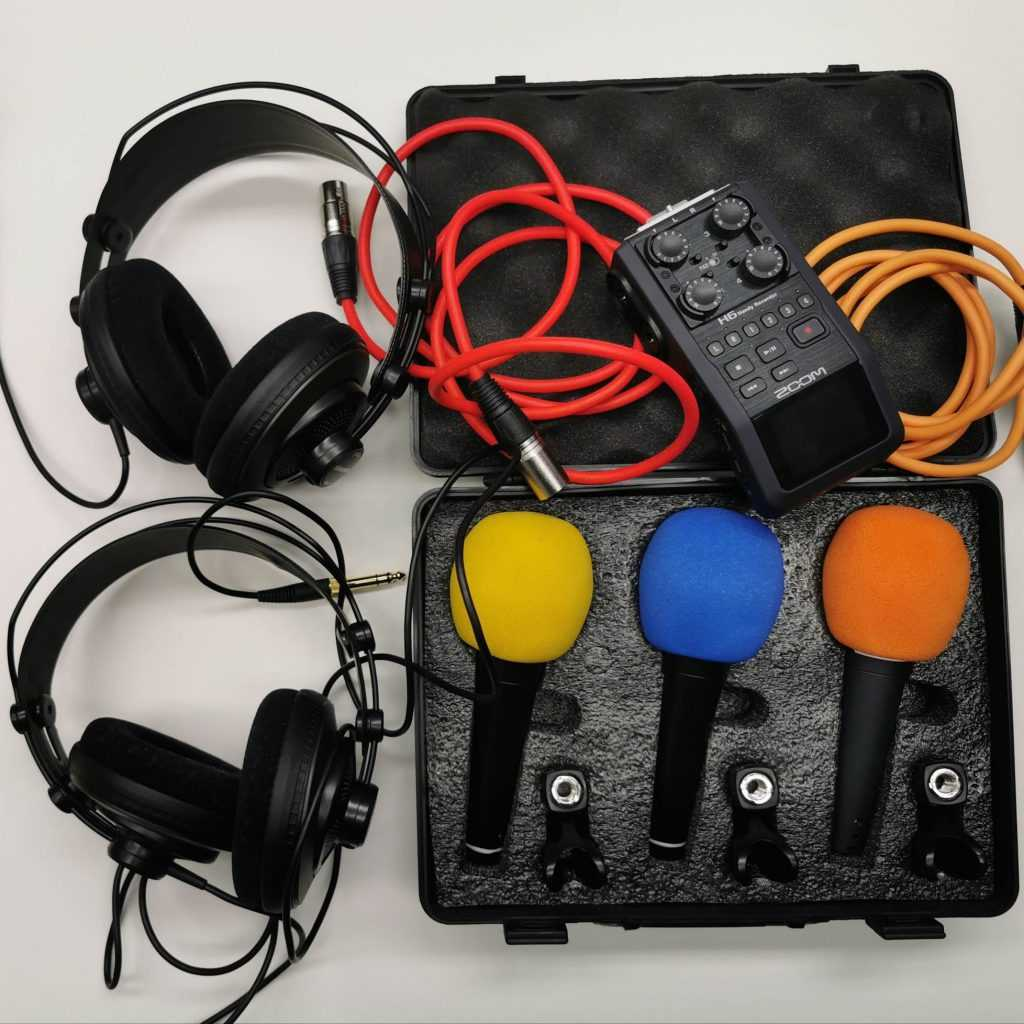 Preparativos técnicos (micrófonos) para el podcast despacho 42